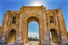 Sol forntida Roman City Jerash Jordan för port för båge för Hadrian ` s Arkivbilder