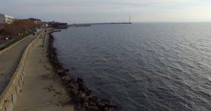 Sol frío del otoño sobre las aguas del Mar Negro en búlgaro Pomorie metrajes