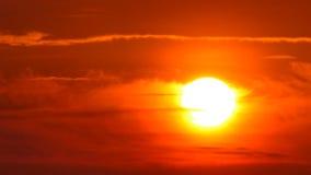 Sol grande con el timelapse de la salida del sol de las nubes almacen de metraje de vídeo