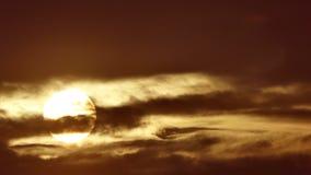 Sol grande con el timelapse de la salida del sol de las nubes metrajes