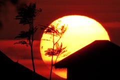 Sol grande en la puesta del sol foto de archivo