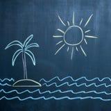 Sol-, havs- och öteckning på den svarta svart tavlan Arkivfoton