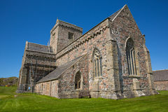 Sol hermosa británica de la primavera de Iona Abbey Scotland y cielo azul Imágenes de archivo libres de regalías