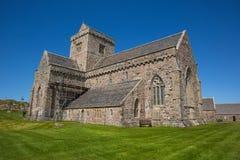 Sol hermosa británica de la primavera de Iona Abbey Scotland y cielo azul Imagen de archivo libre de regalías