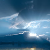 Sol hermosa en el cielo y la nube. Fotos de archivo libres de regalías