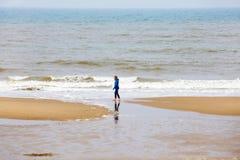 Sol holandês holandês Den Haag descalço da caminhada da menina da mulher da Holanda de Haia Scheveningen do Mar do Norte imagem de stock royalty free