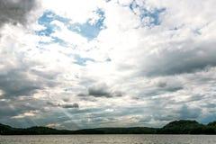 Sol i den guld- timmen över en sjö royaltyfri bild