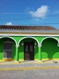 Sol i en gata av den Tlacotalpan staden i Central America Royaltyfri Fotografi