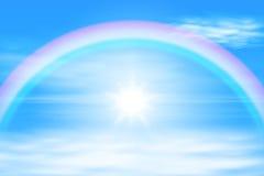 Sol i himlen med regnbågen Arkivfoton