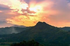 Sol in i kullarna. Royaltyfri Bild