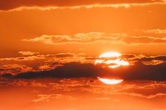 Sol i solnedgångsoluppgånghimmel Cloudscape Dramatisk himmel för solsken till och med moln Fotografering för Bildbyråer