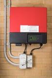 Sol- inverterarsystem som fästas till en vägg arkivfoton