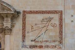 Sol- klocka på fasaden av den kyrkliga Sanen Vincenzo Ferreri, rommar Royaltyfri Bild
