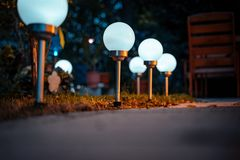 Sol- lampor i trädgården arkivbild