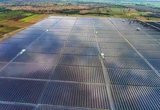 Sol- lantgård för flyg- sikt, solpaneler royaltyfria foton