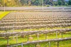 Sol- lantgård för stor skala, mega photovoltaic kraftverk i gräsplanG Royaltyfri Bild