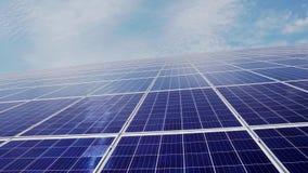 Sol- lantgård från ett stort antal paneler på en bakgrund av blå himmel med moln Gr?n energi arkivfilmer