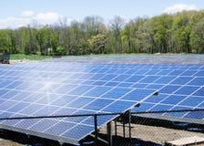 Sol- lantgårdfält för grön energi Arkivfoton