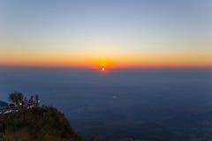 Sol levante e catene montuose veduti da Phu Tubberg, provincia di Petchabun, Tailandia Immagine Stock