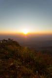 Sol levante e catene montuose veduti da Phu Tubberg, provincia di Petchabun, Tailandia Immagini Stock
