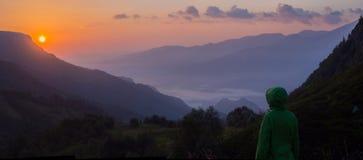 Sol levante in montagne Fotografie Stock Libere da Diritti