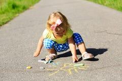 Sol lindo del dibujo de la niña en una calle Imagen de archivo