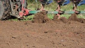 Sol lourd de champ de charrue de machines d'agriculture de plan rapproché banque de vidéos