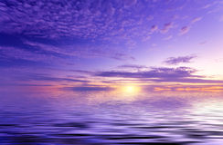 Sol maravilloso sobre la superficie sedosa del océano Imagenes de archivo