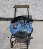 Sol- matlagning för parabolisk maträtt fotografering för bildbyråer