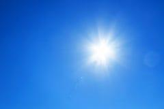 Sol med blå himmel Fotografering för Bildbyråer