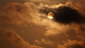Sol med moln