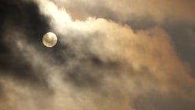 Sol med moln stock video