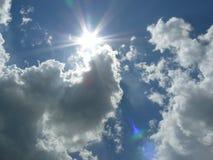 Sol med moln arkivbild