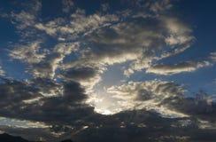 Sol mellan moln royaltyfria bilder