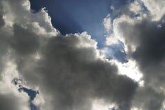 Sol, moln och blå himmel Royaltyfri Fotografi