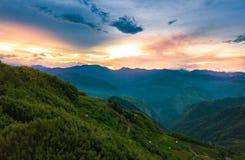 Sol naciente de la cumbre de una en Taiwán imagenes de archivo
