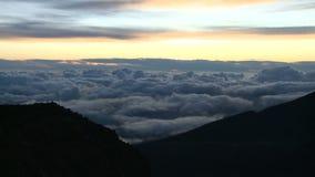Sol naciente hermoso sobre timelapse de las nubes almacen de video