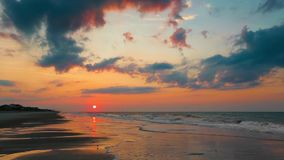 Sol naciente sobre lazo de la playa almacen de video