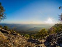 Sol- och bergsikt Royaltyfri Foto
