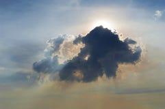 Sol och lensflare bak moln Arkivfoto