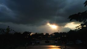 Sol och moln Arkivbild