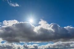 Sol och moln i himlen Arkivbilder