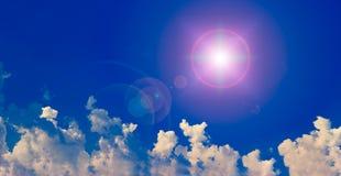 Sol och moln med linssignalljuset Arkivbilder