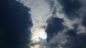 Sol och moln som är rörande på blå himmel, tidschackningsperiod stock video