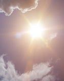 Sol och molnbakgrund Fotografering för Bildbyråer