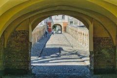 Sol- och skuggad sida av korridorsidan royaltyfri fotografi