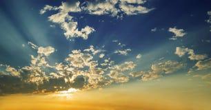 Sol- och solstråle bak moln Arkivfoton