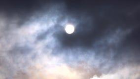 Sol oscuro a través de las nubes almacen de metraje de vídeo