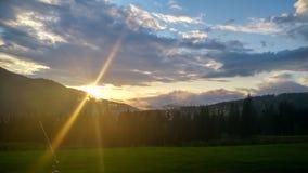 Sol ovanför bergen på sommaren Royaltyfri Fotografi