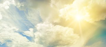 Sol på blå himmel med vita moln royaltyfri foto